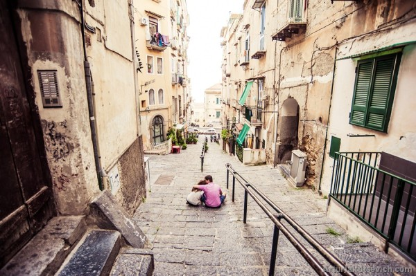 lovers-in-italy-alone-in-big-city