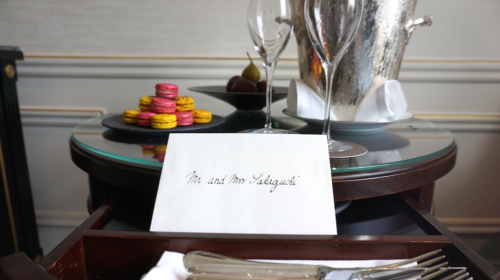 スタッフがお祝いのメッセージカードとマカロン、シャンパンを用意してくれました。