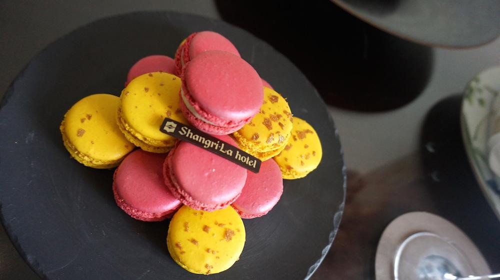 マカロンの盛り合わせ。黄色がキャラメルで、ピンクがバナナクリームでした。