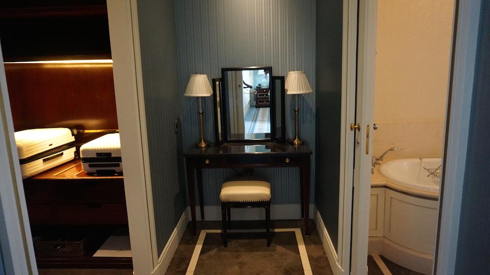 奥の部屋には化粧台が。