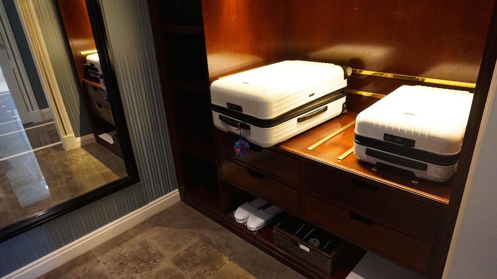 スーツケースを広げたり、服を主要するスペース。