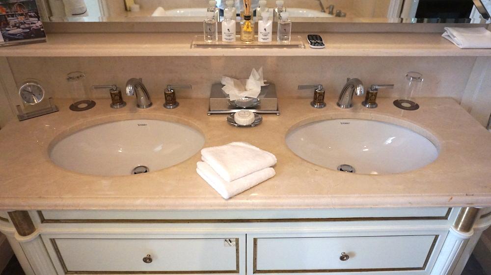 こちらが洗面台。アメニティも充実しています。