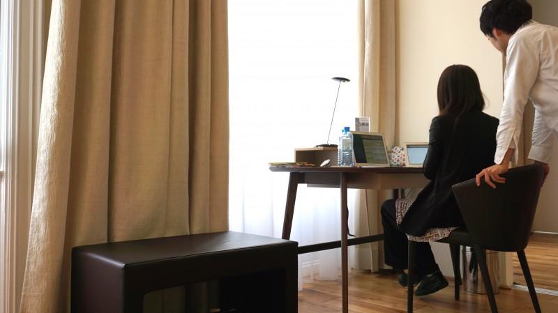 借りたアパートのデスクで仕事をする様子。