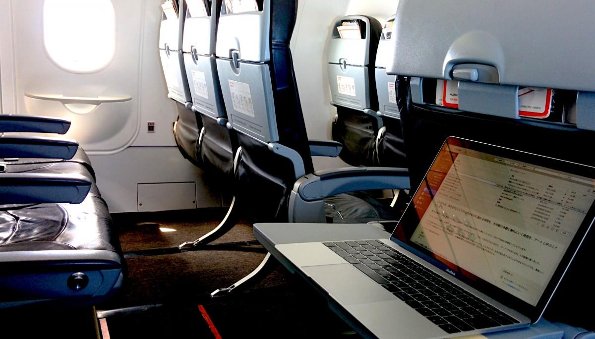 旅先に持っていく仕事道具はMacbookだけ。現地のSIMカードをiPhoneに入れてテザリングすれば、それでインターネット環境と仕事環境が整います。